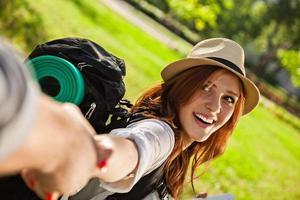 garota jovem turista com backpaker foto