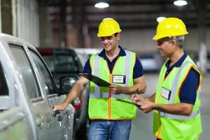 trabalhadores da empresa de transporte que inspecionam veículos