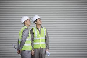 dois engenheiros industriais asiáticos no trabalho foto