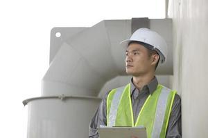 engenheiro industrial asiático no trabalho foto