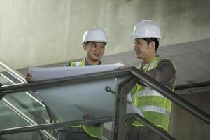dois engenheiros industriais asiáticos no trabalho. foto