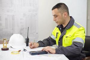 engenheiro civil no escritório de construção