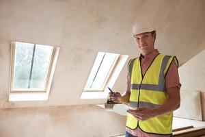 inspetor de construção olhando para novas propriedades foto