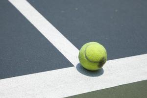 bola em uma quadra de tênis foto