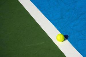 bola de tênis na quadra de tênis foto