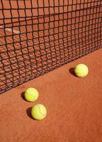 bolas de tênis na rede foto