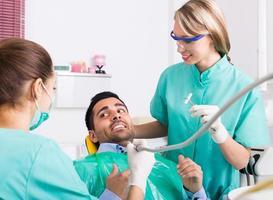 dentista e paciente assustado foto