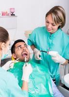 médico e paciente assustado na clínica foto