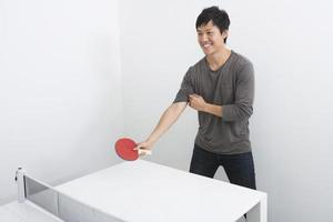 bonito homem adulto médio jogando tênis de mesa