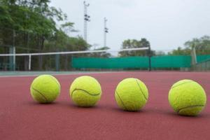 bola de tênis na quadra de perto foto