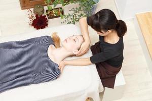 mulheres submetidas a uma massagem foto