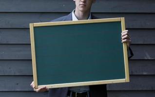homem segurando uma placa foto