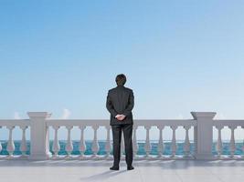 empresário, olhando para o oceano foto