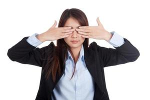 jovem empresária asiática fechar os olhos com as duas mãos