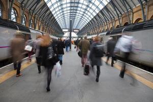 desfocar pessoas de movimento na estação de trem na hora do rush, em londres, reino unido foto
