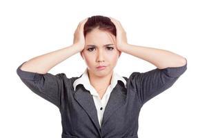 dor de cabeça asiática menina de escritório colocar a mão na cabeça foto