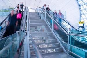 desfoque pessoas de movimento na hora do rush aeroporto e estação de trem foto