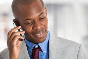 jovem empresário falando ao telefone foto