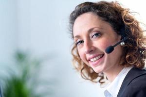 retrato de uma bela jovem telefonista foto