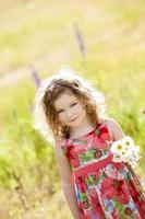 linda garota segurando um ramo de flores.
