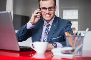 jovem empresário trabalhando no escritório de brilhante. foto
