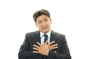 homem com dor no peito foto