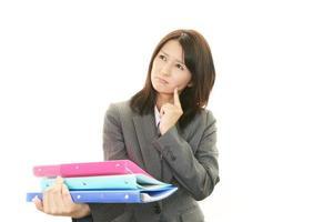 mulher de negócios, olhando desconfortável. foto