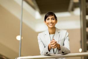 retrato de mulher de negócios indiano no escritório foto