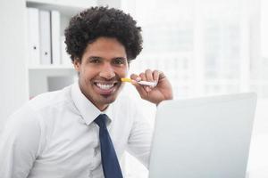 retrato de um empresário sorridente segurando cigarro foto