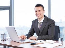 jovem empresário trabalhando no escritório foto