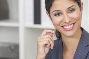 linda mulher hispânica latina ou empresária foto