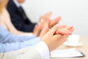 close-up de pessoas de negócios batendo palmas de mãos. conceito de seminário de negócios foto