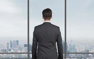 empresário, olhando para o arranha-céu foto