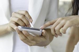 mulheres usando tablet com caneta stylus foto