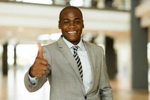 homem de negócios afro-americanos polegar para cima foto