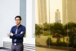 retrato orgulhoso sério chinês asiático trabalhador de escritório foto