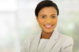jovem empresária africana no escritório foto