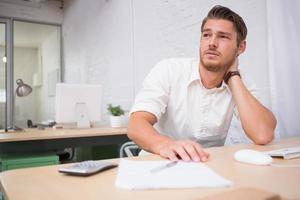 pensativo jovem empresário no escritório foto