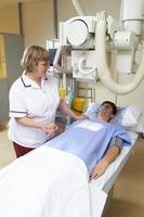 radiografista com paciente foto
