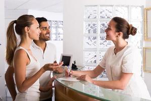 pacientes de casal que visitam a clínica foto