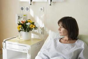 paciente descansando na cama do hospital foto