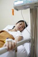 paciente e máquina de gotejamento iv foto
