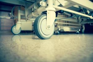 rodas da cama de hospital foto