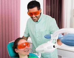 paciente no procedimento de clareamento dos dentes foto