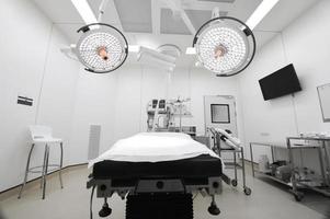 equipamentos e dispositivos médicos na moderna sala de operações foto