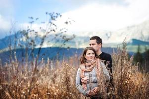 casal grávida no outono foto