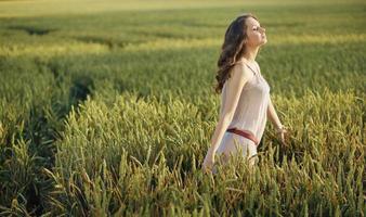 mulher relaxada no campo de milho foto