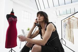 designer falando no telefone em estúdio foto