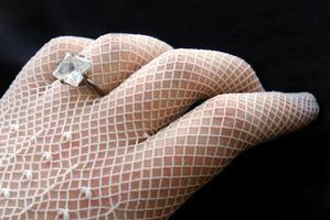 mulher usando luvas de renda vintage no dia do casamento foto