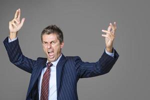 chefe de negócios muito irritado gritando